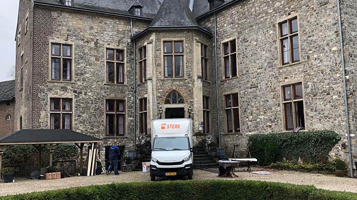 Verhuiswagen van Sterk Verhuizingen voor Kasteel Wittem overdag