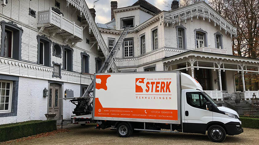 Verhuiswagen met verhuislift van Sterk Verhuizingen voor Altembrouck