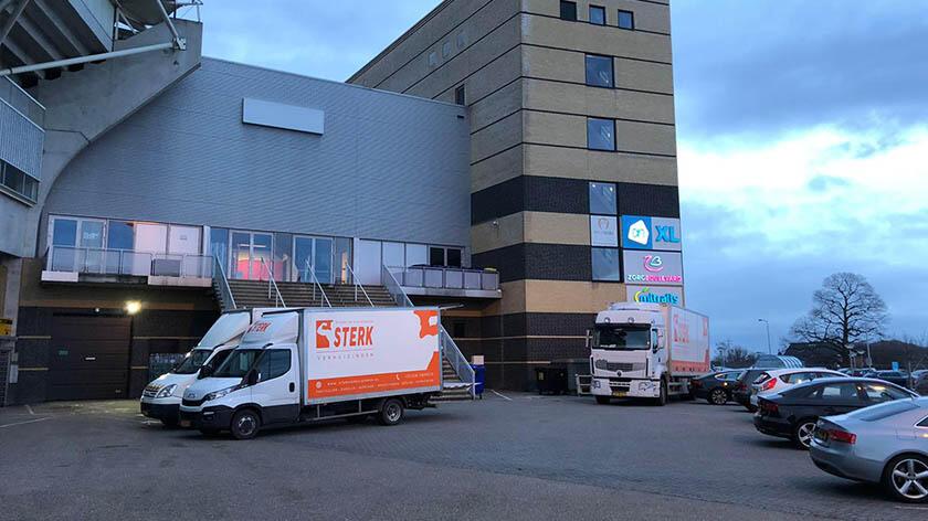 Verhuiswagens van Sterk Verhuizingen staan voor het kantoor van Bbeterzorg Mitralis